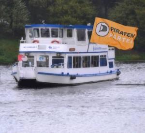 Die Schwalbe II mit einer Piratenflagge (Fotomontage)