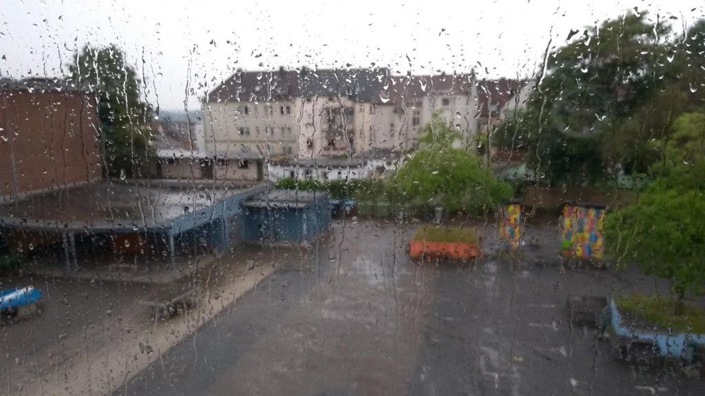 Schulhof des Albert-Martmöller-Gymnasiums in Witten durch ein verregnetes Fenster hindurch fotografiert