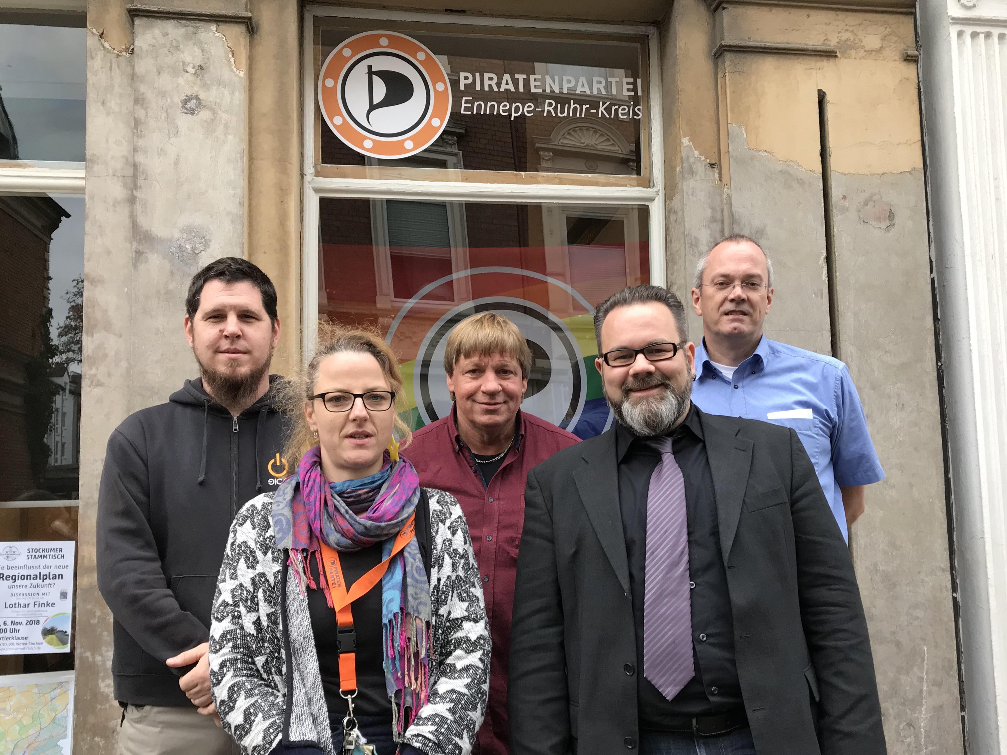 Der neu gewählte Vorstand der EN-Piraten: die Vorsitzenden Maria Bach und Stefan Borggraefe (vorne), Beisitzer Christian Sarazin und Roland Löpke und der Schatzmeister Jörg Müller (hinten, v.l.n.r. ).
