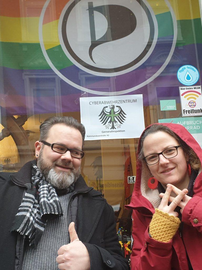 """Stefan Borggraefe und Maria Bach vor dem ersten """"Cyberabwehrzentrum +""""  Deutschlands"""