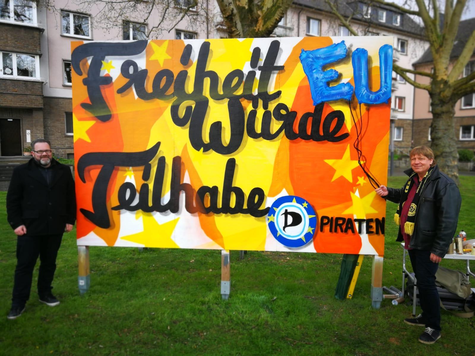 Stefan Borggraefe und Roland Löpke vor unserem Streetart-Wahlplakat am Hauptbahnhof Witten