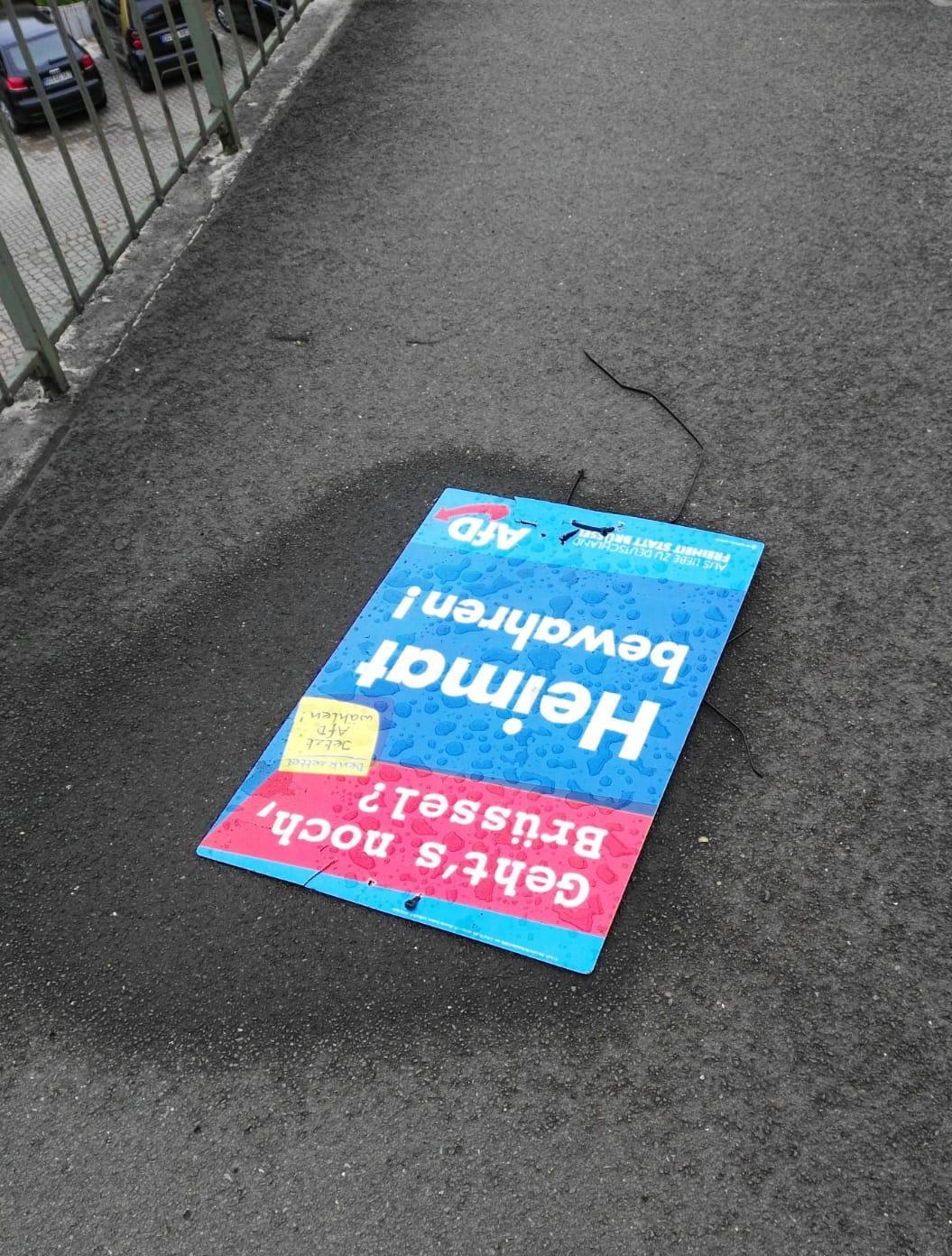 So fanden die Piraten die heruntergerissenen AfD-Plakate auf der Ruhrbrücke am Freitag Mittag vor. Wären sie, wie von der AfD behauptet, erst vor kurzem abgerissen worden, hätte sich nicht das Regenwasser auf den Plakaten sammeln können.