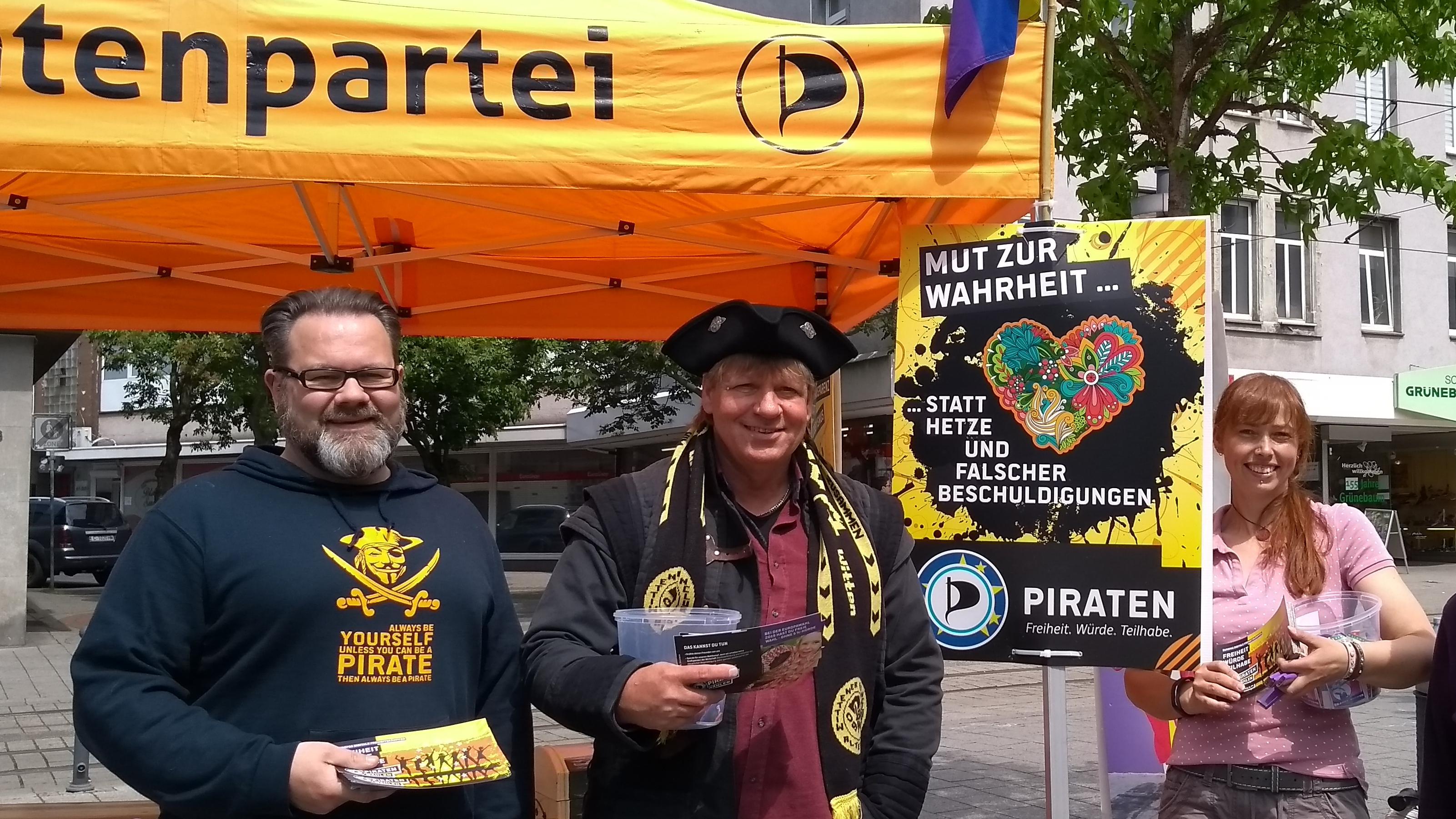 """Piraten mit dem Plakatmotiv """"Mut zur Wahrheit"""""""