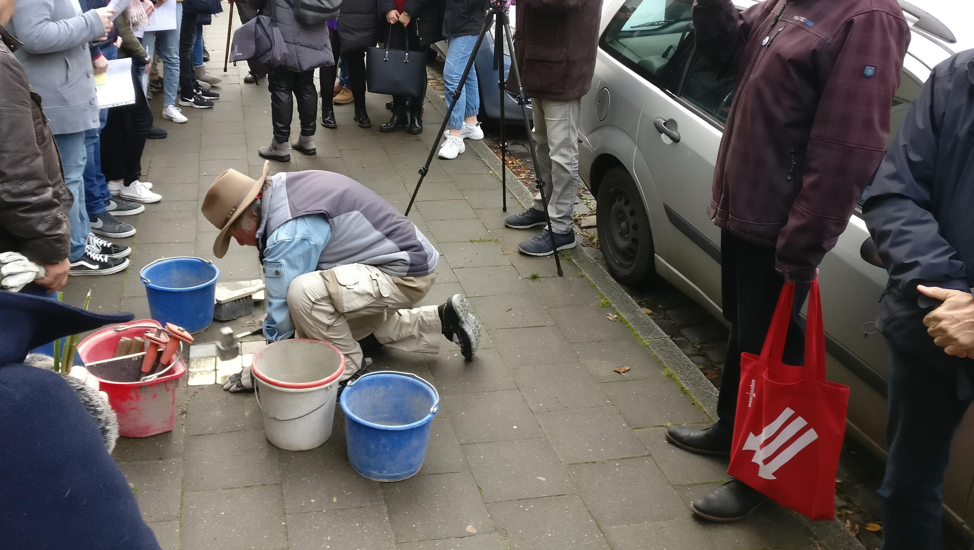 Der Künstler Gunter Demnig verlegt die Stolpersteine vor der Steinstraße 25 in Witten
