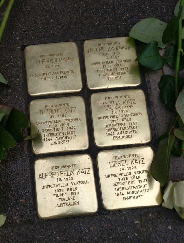 Die verlegten sechs Stolpersteine vor der Steinstraße 25 in Witten