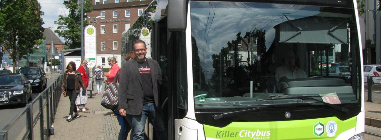 Stefan Borggraefe steigt in einen Bus an der Haltestelle Marienhospital in Witten