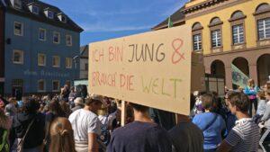 """Foto von der Fridays for Future-Demo in Witten vom 20.09.2019. Im Vordergrund ein Demonstrant mit einem Schild, auf dem steht """"Ich bin jung & brauch die Welt."""""""