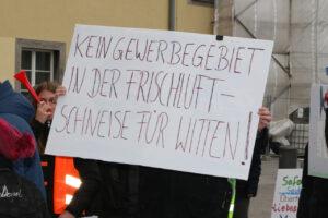 """Demo gegen das angedachte Gewerbegebiet in Witten Stockum am Vöckenberg. Ein Demonstrant hält ein Schild hoch """"Kein Gewerbegebiet in der Frischluftschneise für Witten!"""""""