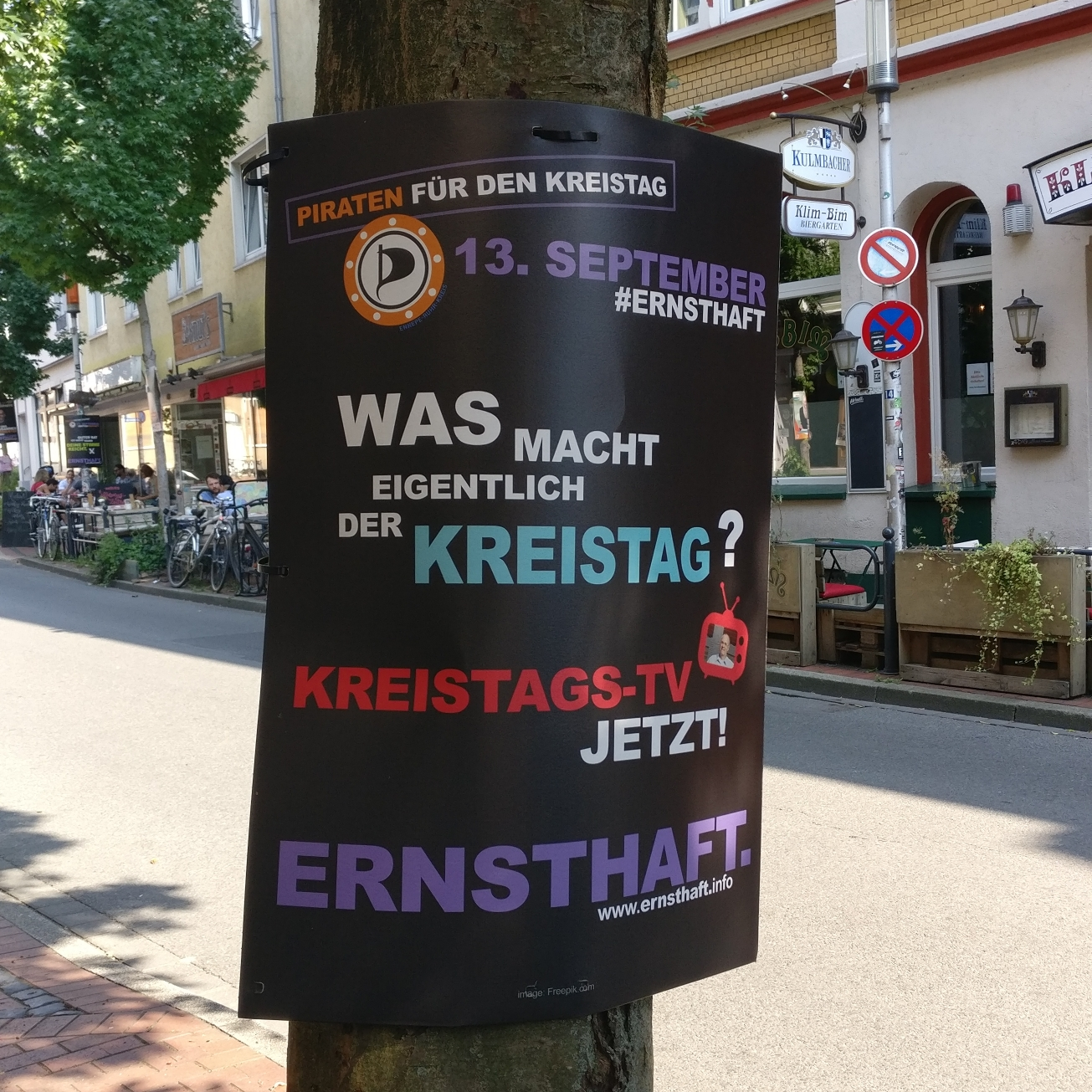 """Wahlplakat der Piratenpartei Ennepe-Ruhr aus dem Kommunalwahlkampf 2020 hängt im Wittener Wiesenviertel. Darauf steht zu lesen """"Was macht eigentlich der Kreistag? Kreistags-TV jetzt! Ernsthaft."""""""