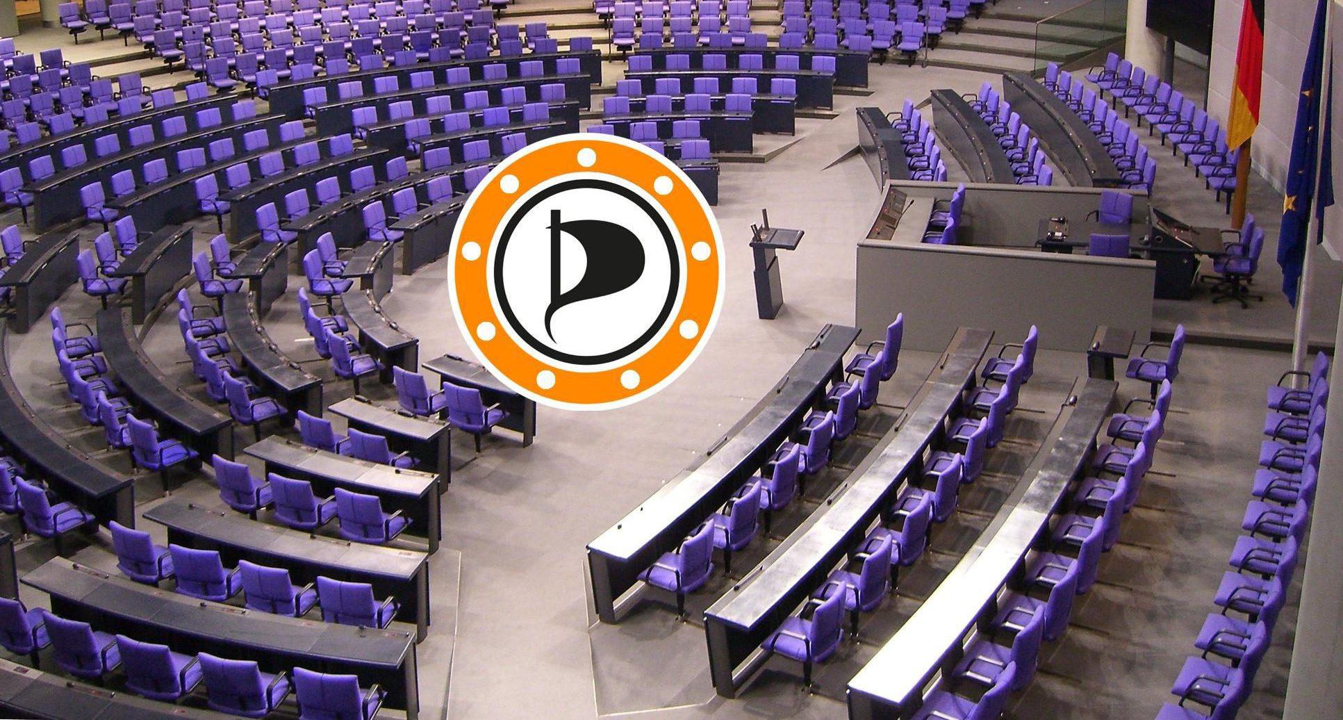 Foto vom Plenum des Bundestags, alle Stühle sind noch leer. In der Mitte das Logo der Piratenpartei Ennepe-Ruhr.